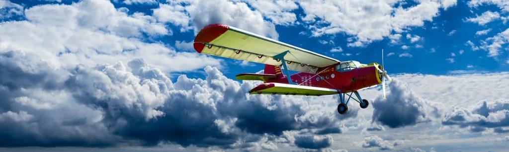 nubes y avioneta