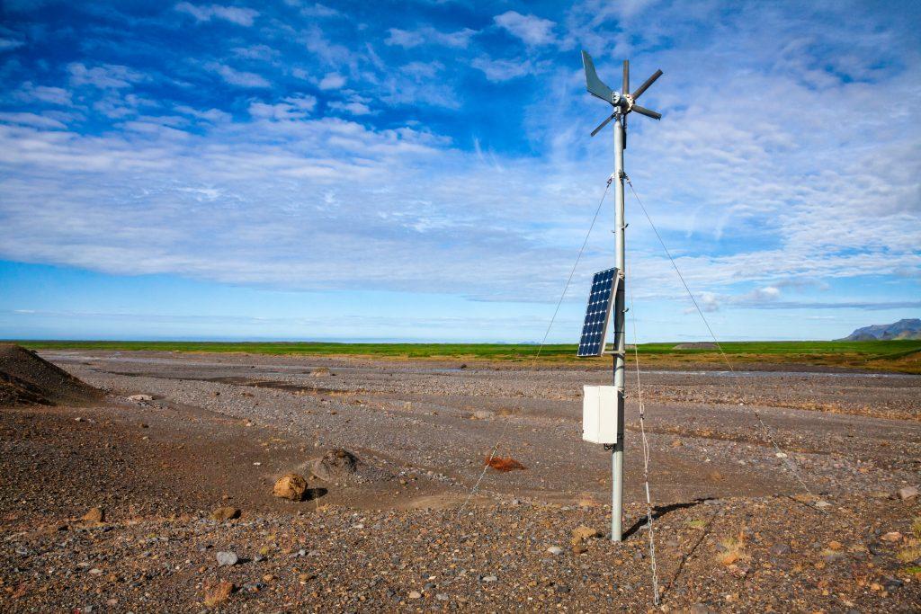 sensor de viento y placa solar exteriores