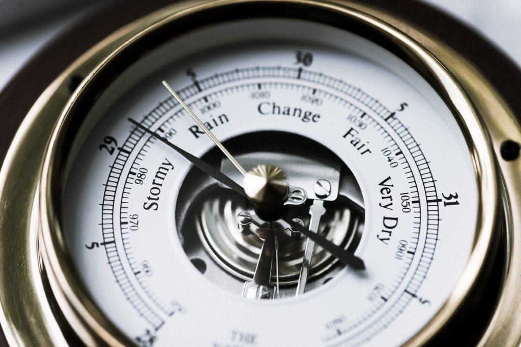 barómetro analógico con agujas